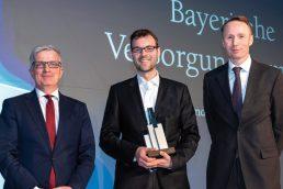 Kees-Jan van de Kamp von NN Investment Partners (r.) überreichte den Award an Andreas Hallermeier, vom Juryvorsitzenden Rolf Häßler (l.) kam die Begründung für die Auszeichnung. (Bild: Andreas Schwarz)