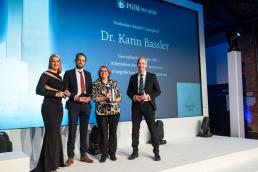 Dr. Karin  Bassler (2.v.r.), die Siegerin des Leserpreises 2019, nimmt den Award aus den Händen von Wolfgang Sussbauer (r.), Vertreter des Sponsors PGIM Fixed Income, entgegen. Moderatorin Judith Rakers und Tim Büttner, Redakteur von portfolio institutionell, gratulierten gebührlich.