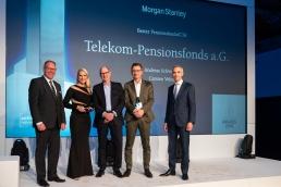 Bester Pensionsfonds 2019: Carsten Velten (2.v.r.) und Andreas Schwering (3.v.r.) vom Telekom Pensionsfonds waren sichtlich überrascht und freudestrahlend zugleich. Jurymitglied Marc Oliver Heine (l.) und Martin Pitzer (r.) von Morgan Stanley gratulierten. (Bild: Andreas Schwarz)