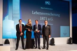 Und auch in der Kategorie Beste Portfoliostruktur gab es einen Preis für die LV 1871:  Gemeinsam mit dem  Preisträger Dr. Martin-Ulrich Fetzer (2.v.r.), Leiter Kapitalanlagen, bildeten der Juryvorsitzende Jürgen Huth (l.) und  Sponsor Thorsten Schrieber von DJE Kapital AG (r.)  ein magisches Dreieck. (Bild: Andreas Schwarz)