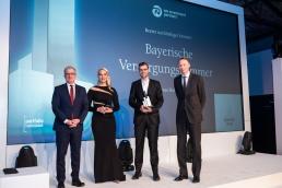 Bester nachhaltiger Investor 2019: Kees-Jan van de Kamp von NN Investment Partners (r.) überreichte den Award an Andreas Hallermeier (2.v.r.), vom Juryvorsitzenden Rolf Häßler (l.) kam die Begründung für die Auszeichnung. (Bild: Andreas Schwarz)