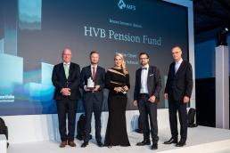 Dr. Peter König  (l.) gratulierte den Preisträgern in der Kategorie Bester Investor Aktien: Markus Schmidt (2.v.l.) und Bastian Oppel vom HVB Pension Fund(2.v.r.)  ebenso wie Lars Detlefs von MFS Investment Management, der die Ehre hatte, den Aktien-Award zu überreichen (r.). (Bild: Andreas Schwarz)