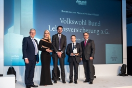Für die Nachwelt ins Bild gesetzt: Uwe Rieken (l., Juryvorsitz), Christian Chrobok, Axel-Rainer Hoffmann und Holger Schäfer (1.-3.v.r.) von Amundi Deutschland (r.) freuen sich über den Award der Alternativen Asset-Klassen.  (Bild: Andreas Schwarz)