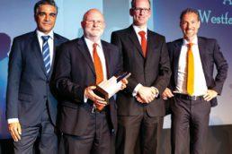 Sikandar Salam übergab den Award an Christian Mosel und Lutz Horstick. Laudator Ori Gotfrid richtete auch von seinen Jury- Kollegen die besten Wünsche aus (v.l.n.r.). (© Andreas Schwarz)