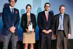 Auf Anhieb erfolgreich: Vorstandsmitglied Jon Gallop und Jana Desirée Wunderlich nahmen ihren Award aus den Händen von Antonis Maggoutas entgegen. Laudator Axel Wilhelm gab hierzu den Segen der Jury (v.l.n.r.). (© Andreas Schwarz)