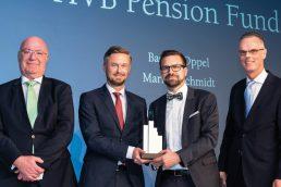 Dr. Peter König gratulierte den Preisträgern Markus Schmidt und Bastian Oppel vom HVB Pension Fund ebenso wie Lars Detlefs von MFS Investment Management, der die Ehre hatte, den Aktien-Award zu überreichen (v.l.n.r., Bild: Andreas Schwarz).