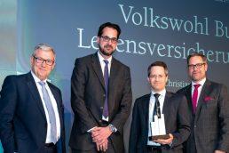 Für die Nachwelt ins Bild gesetzt: Uwe Rieken (Juryvorsitz), Christian Chrobok, Axel-Rainer Hoffmann und Holger Schäfer von Amundi Deutschland freuen sich über den Award der Alternativen Asset-Klassen (v.l.n.r.).