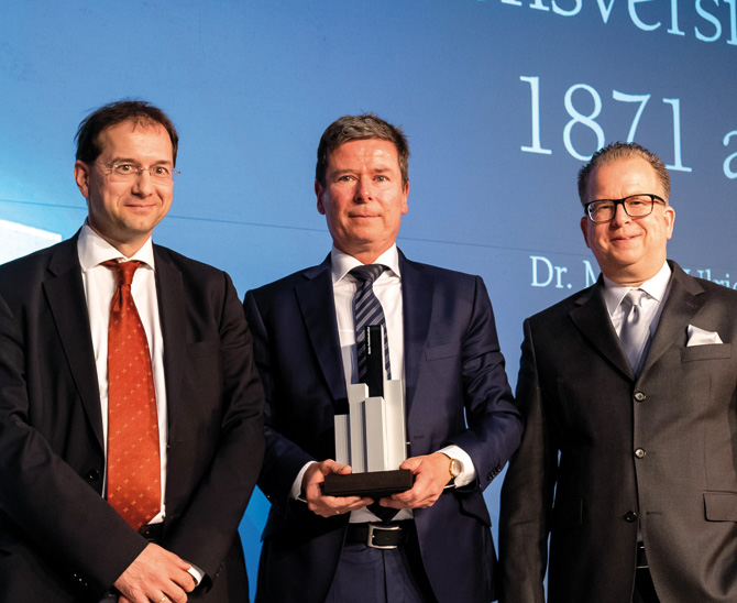 Magisches Dreieck: Juryvorsitzender Jürgen Huth, Preisträger Dr. Martin-Ulrich Fetzer und Thorsten Schrieber von DJE Kapital AG (v.l.n.r.). (Bild: Andreas Schwarz)