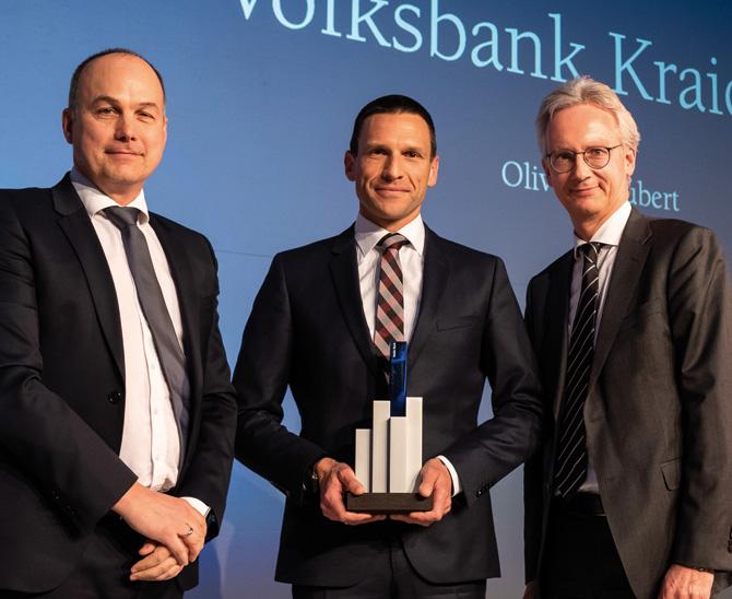 Solide und besonders konsequent: Oliver Schubert (M.) von der Volksbank Kraichgau mit seinem Award. Juryvertreter Volker Liermann (l.) und Christopher Hönig von GAM Investments gratulierten. (Bild: Andreas Schwarz)