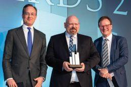 Erneuter Sieg nach 2015: Karsten Heinrich Weber nahm den Preis entgegen (M.), Juryvertreter Dr. Jan Schröder(l.) und Armin Dolzer (r.) von Macquarie Investment Management gratulierten. (Bild: Andreas Schwarz)