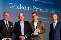 Professionelle Governance überzeugte die Jury, vertreten durch Marc Oliver Heine. Andreas Schwering und Carsten Velten (Telekom) nahmen ihren Preis von Martin Pitzer von Morgan Stanley entgegen (v.l.n.r.). (Bild: Andreas Schwarz)